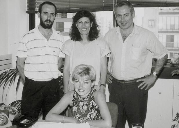 """בנימין נתניהו בזמן כהונתו כח""""כ (מימין) וצוות עובדי משרדו בתל אביב. יושבת אודליה כרמון, משמאל איל ארד, 1992"""