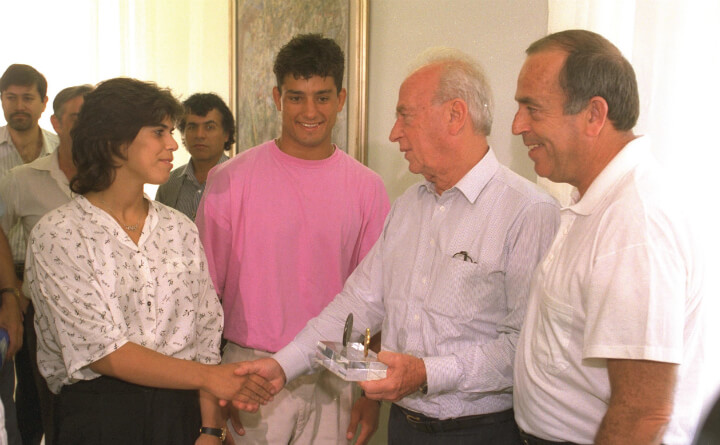 בפגישת ראש הממשלה יצחק רבין עם המדליסטים מאולימפיאדת  ברצלונה יעל ארד, אחותו של איל ואורן סמדג'ה, 1992. מתוך אוסף התצלומים הלאומי