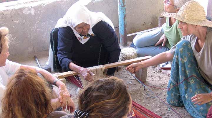 קריסטל למדה לארוג בשיטה המסורתית מאישה בדרום הר חברון, לקלוע סלים ומחצלות מבעלות מלאכה בנגב