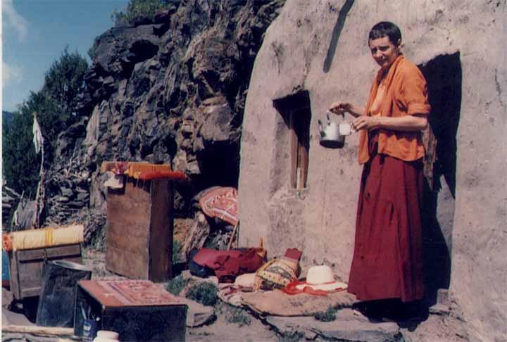 בפתח המערה שבה התבודדה 12 שנה, ביום שמש   התמונות בכתבה באדיבות Dongyu Gatsal Ling Nunnery